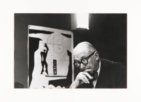 [Le Corbusier in seinem Studio, 35 rue de Sèvres, Paris]
