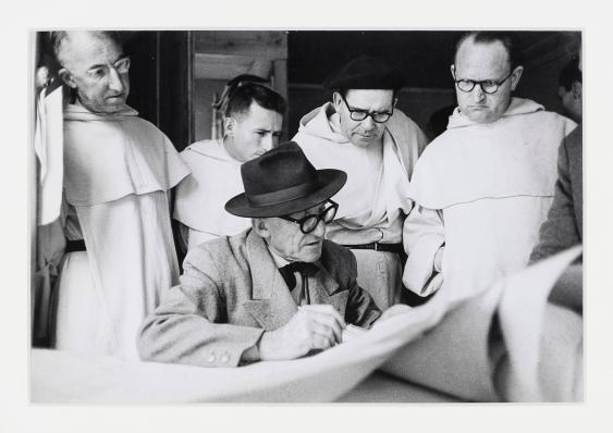 [In der Baubaracke zeigt Le Corbusier seine Baupläne den Dominikaner Patres vom Kloster La Tourette, Evreux-sur-Arbresle]